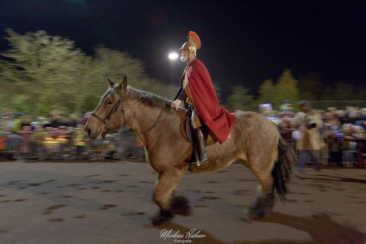 Sankt Martin reitet auf den Platz.